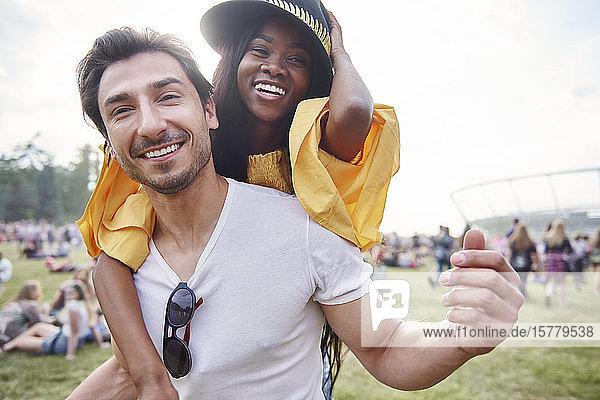 Ehepaar lacht und genießt Musikfestival