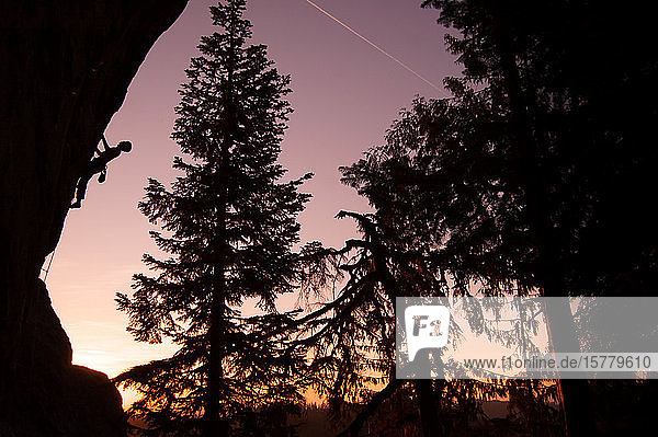 Silhouette eines Kletterfelsen bei Sonnenuntergang  Flagstone  Eugene  Oregon  Vereinigte Staaten