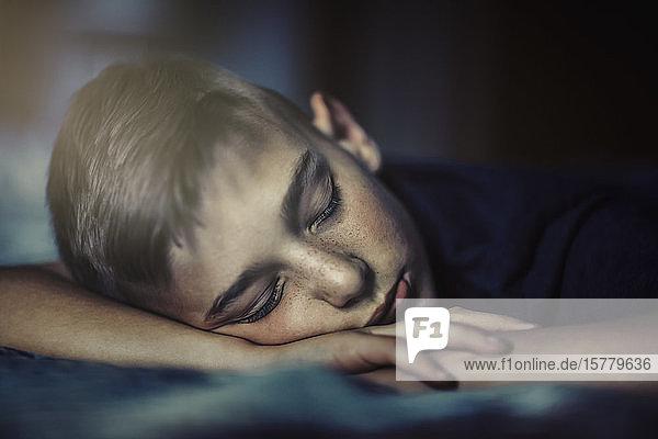 Junge schläft vorne
