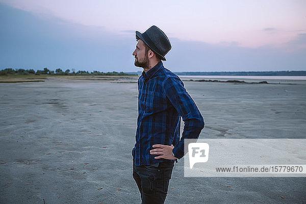 Mann mit Hut am Strand bei Sonnenuntergang  Odessa  Ukraine