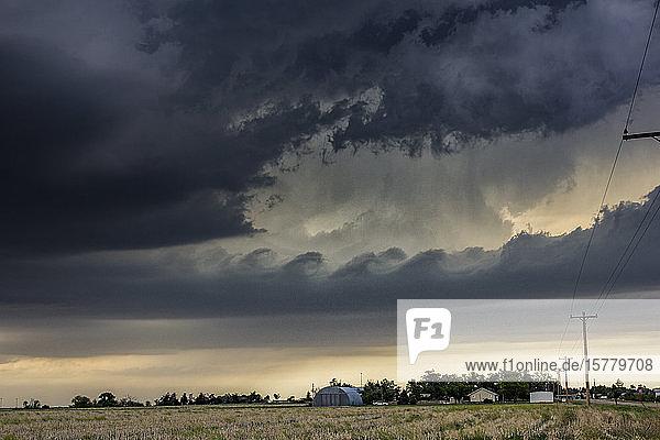 Kelvin-Helmholtz-Wellen bilden sich bei tornadischen Gewittern  Quinter  Kansas  USA