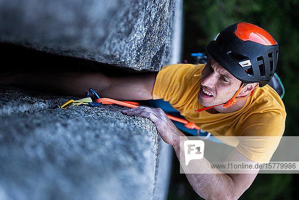 Ein Bergsteiger beim traditionellen Klettern auf Granit  Tantaluswand  Squamish