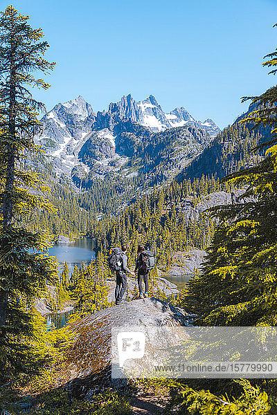 Wanderer geniessen Aussicht auf Felsen  Alpine Lakes Wilderness  Washington  USA