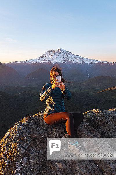 Selbstgefällige Wanderin auf dem Gipfel  Mount Rainier National Park