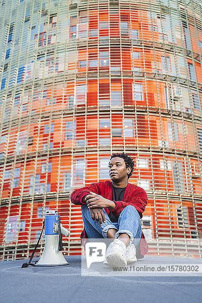 Porträt eines reifen Mannes mit Megaphon im Freien sitzend  Barcelona  Spanien