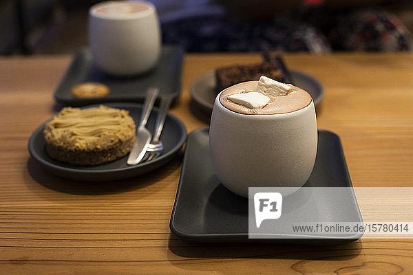 Japan  Kyoto  Heiße Schokolade  Kuchen und Brownie im Kaffeehaus