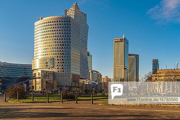 Blick auf moderne Wolkenkratzer im Sonnenlicht  Warschau  Polen