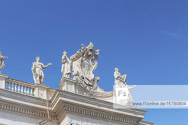 Italien  Rom  Niedrigwinkelansicht von Skulpturen  die auf der Spitze der Kolonnade des Petersplatzes stehen