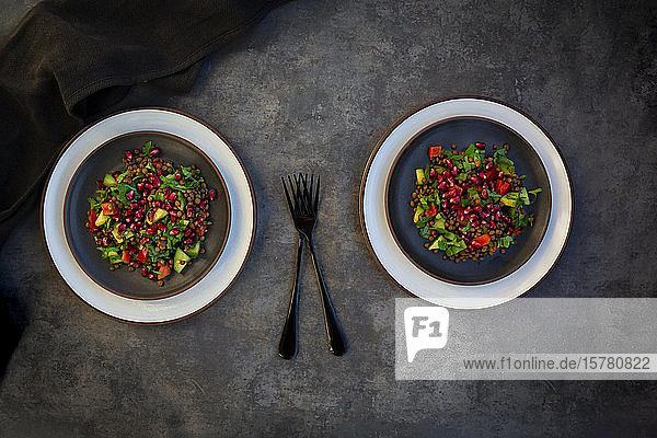 Orientalischer Linsensalat mit Linsen  Gurken  Paprika  Petersilie und Granatapfelkernen
