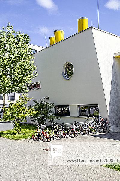 Deutschland  Bayern  München  München  Fahrräder vor der modernen Vorschule im Theresienpark geparkt