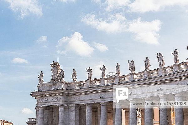 Italien  Rom  Skulpturen auf der Spitze der Kolonnade des Petersplatzes