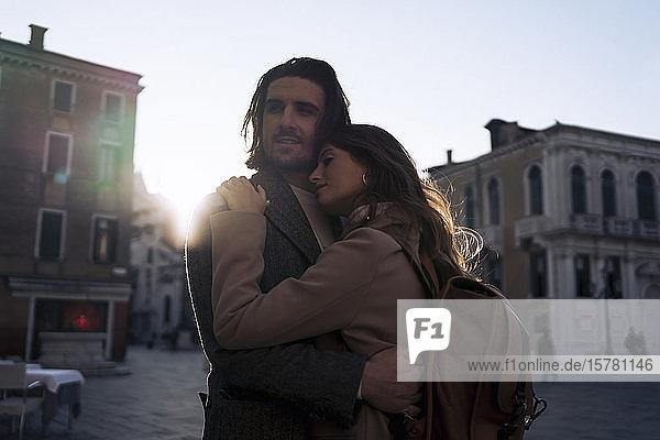 Liebevolles junges Paar in der Stadt Venedig  Italien