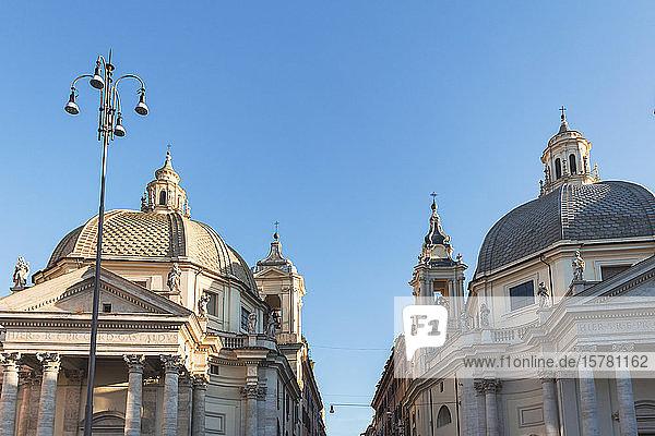 Italien  Rom  Niedrigwinkelansicht von Santa Maria dei Miracoli und Santa Maria in den Kirchen von Montesanto