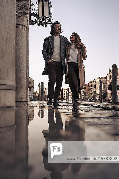 Junges Paar besucht die Stadt Venedig  Italien
