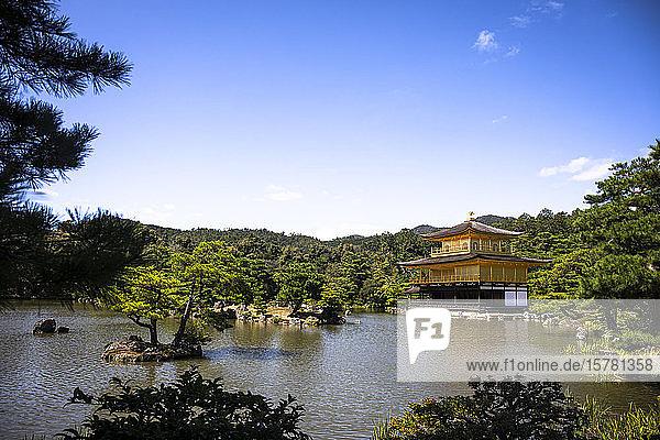 Japan  Präfektur Kyoto  Kyoto  Klarer Himmel über dem buddhistischen Tempel des Goldenen Pavillons