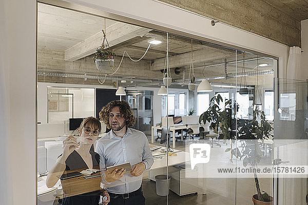 Geschäftsmann und Geschäftsfrau  die im Amt an einem Projekt arbeiten