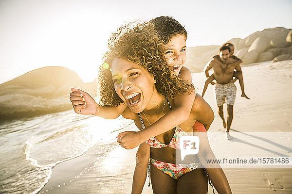 Glückliche Familie mit Spaß am Strand