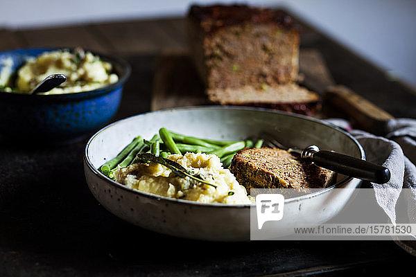 Teller Kartoffelpüree mit grünen Bohnen und Hackbraten