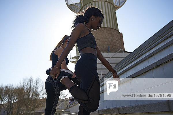Zwei Frauen trainieren gemeinsam im Freien