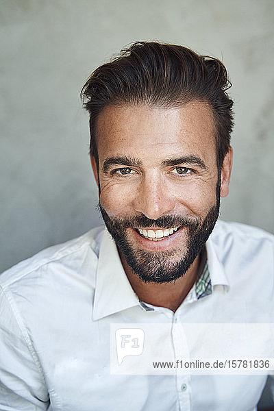 Porträt eines glücklichen Geschäftsmannes mit weißem Hemd