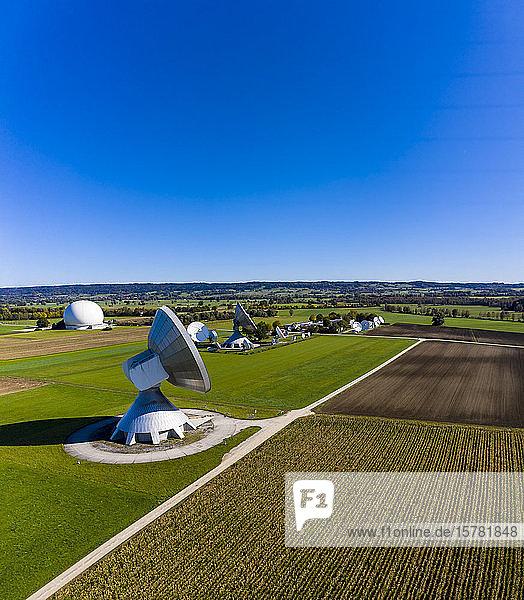 Deutschland,  Bayern,  Luftbild der großen Parabolantennen der Bodenstation Aufwinde und grüne Felder