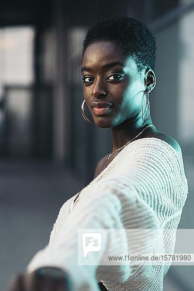 Porträt einer jungen Frau  die ihre Hand ausstreckt