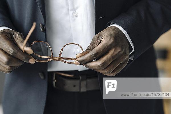 Scherenschnittansicht eines Geschäftsmannes mit Brille