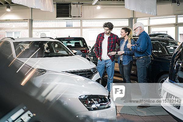 Autohändler zeigt Autos zur Paarung im Ausstellungsraum