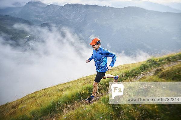 Mann rennt in den Bergen
