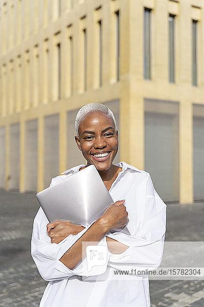 Geschäftsfrau in der Stadt  mit Laptop