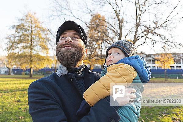 Glücklicher Mann mit seinem kleinen Sohn im Park