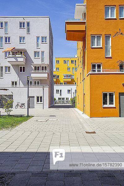 Deutschland  Bayern  München  Bürgersteig vor Wohnhäusern im Theresienpark
