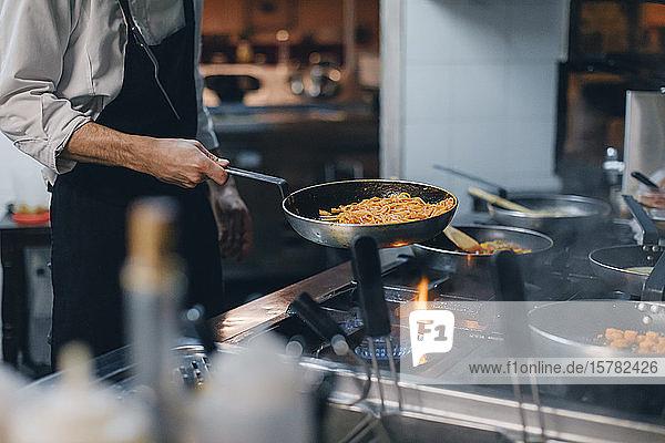 Chefkoch kocht Pasta in italienischer Restaurantküche