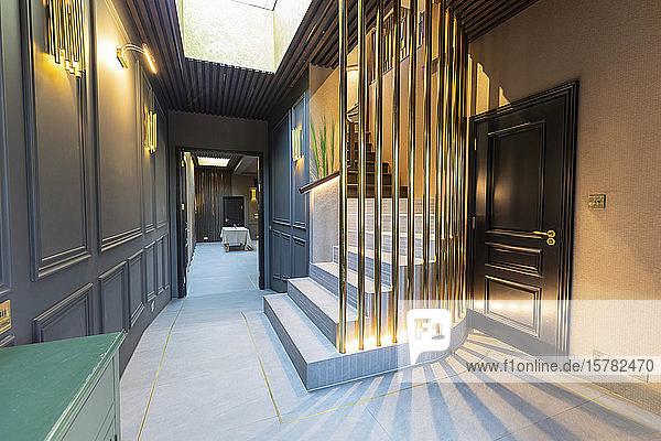 Innenansicht des Flurs in einem luxuriösen Anwesen  London  UK