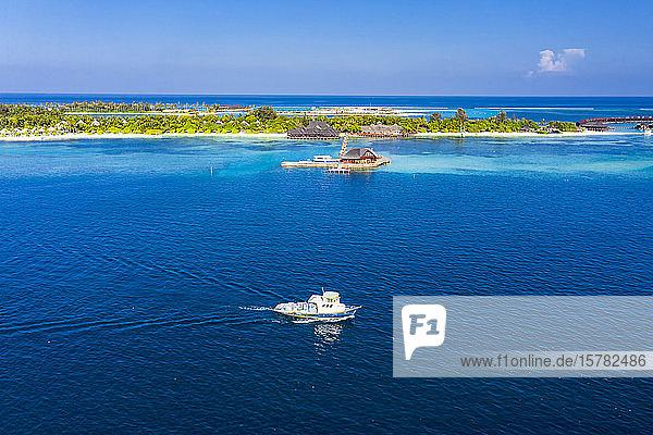 Malediven  Luftaufnahme eines Motorbootes vor dem Touristenzentrum der Insel Olhuveli