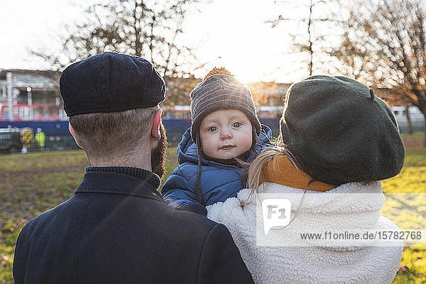 Porträt eines kleinen Jungen mit seinen Eltern im Park
