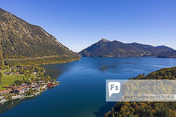 Deutschland  Bayern  Oberbayern  Luftaufnahme des Walchensees und des Dorfes Walchensee mit dem Jochberg im Hintergrund