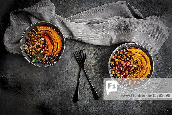 Rote Quinoa mit gebackenem Kürbis  Kichererbsen  Granatapfel  Basilikum  Walnüssen und Kürbiskernen