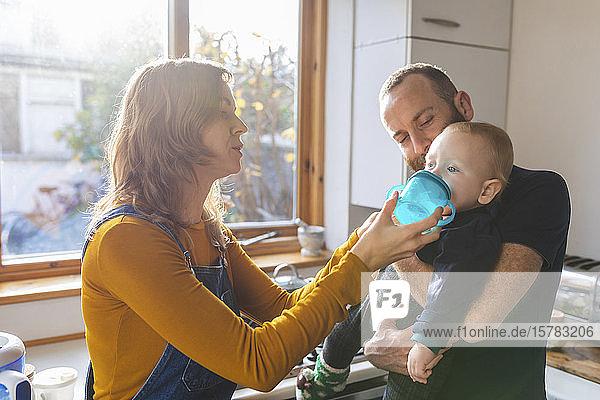Familie in der Küche zu Hause