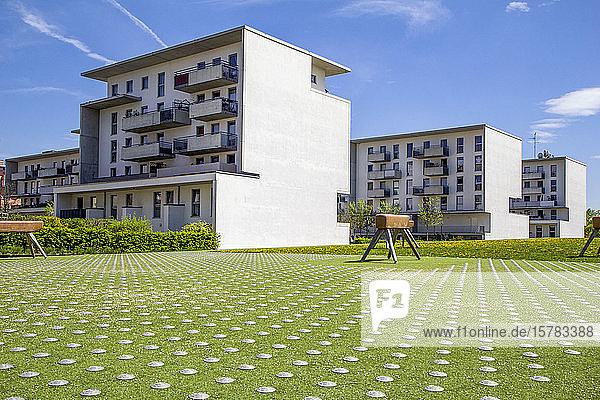 Deutschland  Bayern  München  Spielplatz mit Gymnastikgewölben vor Wohnhäusern im Theresienpark