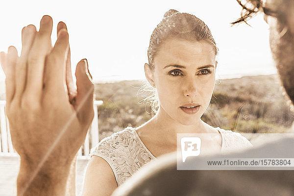 Porträt einer liebevollen Frau  die einen Mann bei Sonnenuntergang anschaut