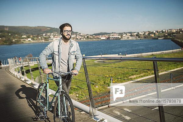 Junger Mann pendelt mit seinem Fixie-Rad in der Stadt