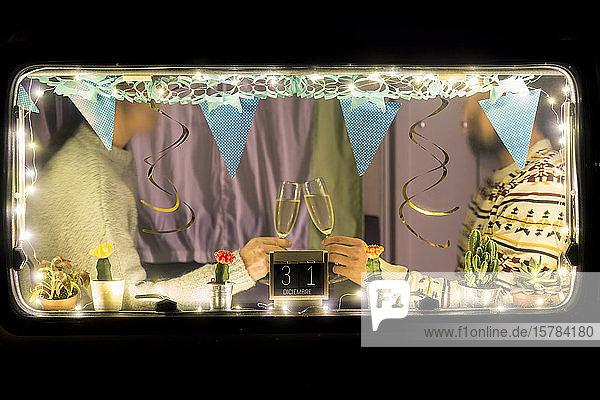 Schrägansicht eines Paares  das Silvester im Wohnmobil feiert