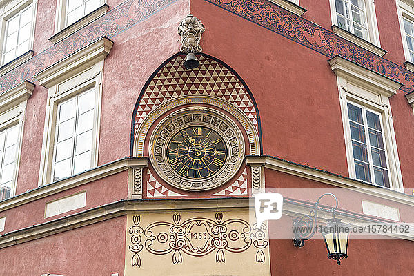 Verzierte historische Uhr an der Fassade eines Hauses am Marktplatz in der Altstadt  Warschau  Polen