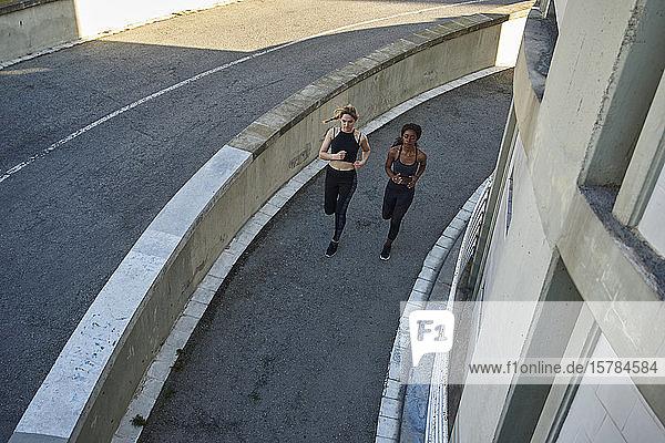Zwei Sportlerinnen joggen in der Stadt
