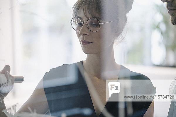 Geschäftsfrau  die im Büro an einem Projekt arbeitet