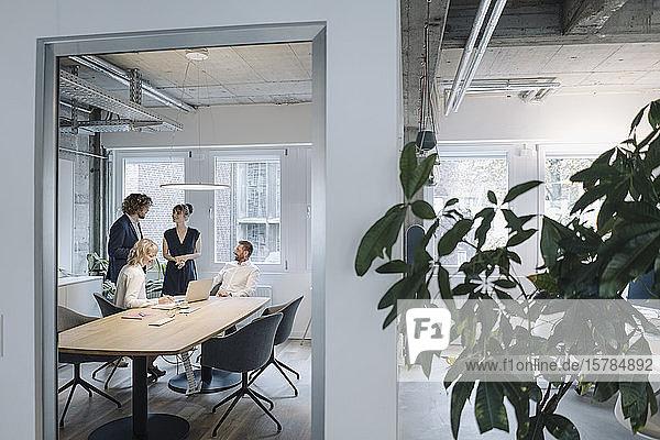 Geschäftsteam hat eine Besprechung im Büro