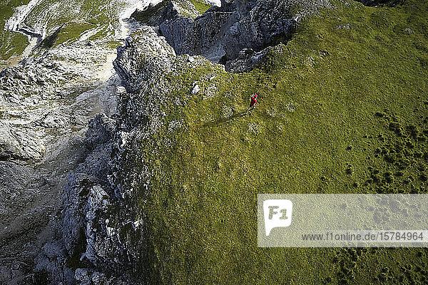 Mann rennt in den Bergen  Drohnenansicht