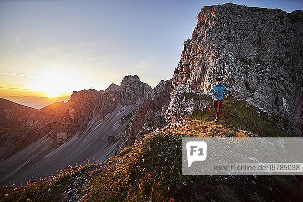 Trai eines reifen Mannes auf dem Bergrücken bei Axame Lizum  Österreich