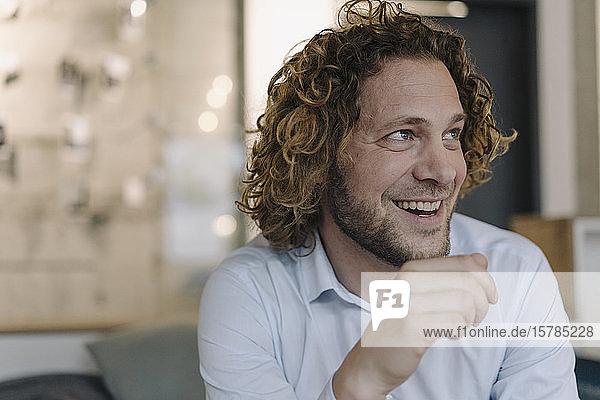 Porträt eines glücklichen Geschäftsmannes  der eine Pause im Amt macht